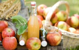 Äpfeln und Apfelprodukten auf einem Holztisch